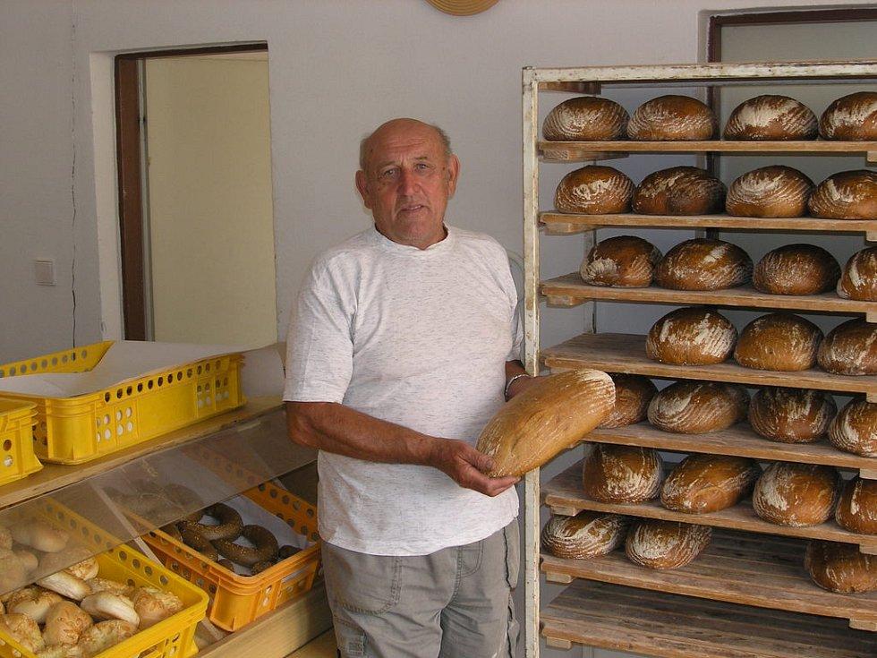 Pekař ráječkovské pekárny Josef Blažek.