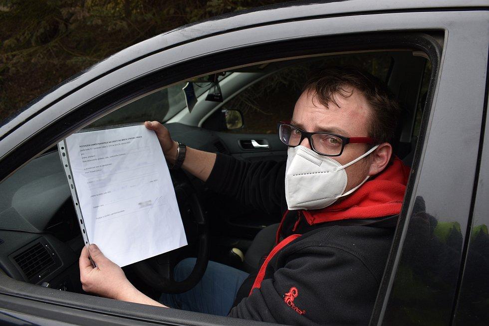 Policisté na Blanensku od pondělí kontrolují dodržování vládního nařízení ohledně omezení pohybu spojené s epidemií koronaviru. Na snímku kontroly u obce Lažany.