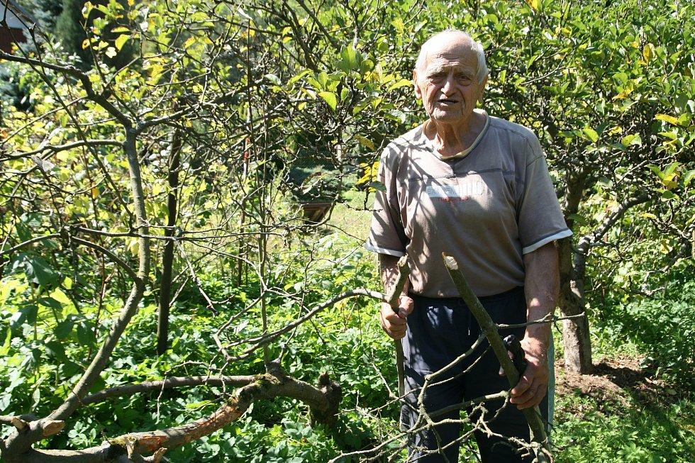 František Novák z Adamova (na snímcích) má chatu u řeky Svitavy už přes padesát let. Na zahradu mu občas chodí srnky. Před několika dny však měl jinou návštěvu. Dvě jabloně mu okousal bobr.
