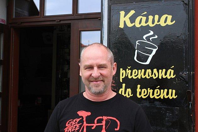 Václav Cikán před Kafírnou Dogvil.