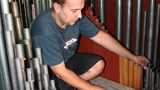 S cílem dát nástroji nový život se dvaatřicetiletý varhanář Pavel Plhoň z Doubravice nad Svitavou pustil do opravy stoletých varhan v tamním kostele.