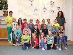 Žáci 1.B ze ZŠ Jedovnice s paní učitelkou Helenou Smejkalovou a asistentkou Sylvií Hudcovou.