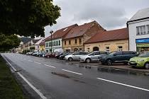 Letovičtí zpoplatní parkování v centru města. Zároveň vybudují parkoviště pro 70 aut u tamní hasičské stanice. Tam bude stání zdarma.