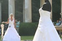 Přehlídka svatebních šatů, kytic a doplňků na zámku v Lysicích.
