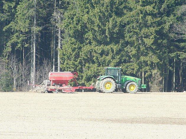 Zemědělci letos vyrazili na pole dřív než v předchozích letech. Ranní mráz jim však poškodil řepku.