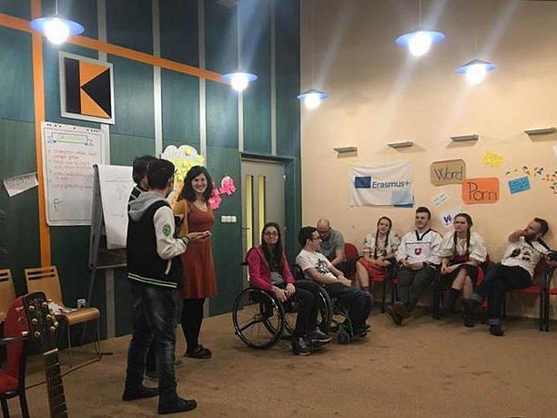Zařazování všech dětí do běžné školy. A plnohodnotné začlenění lidí s postižením nebo menšinovým sexuálním zaměřením do společnosti. O těchto tématech se až do pátku baví v Blansku studenti zastupující všechny tyto skupiny z několika evropských zemí.