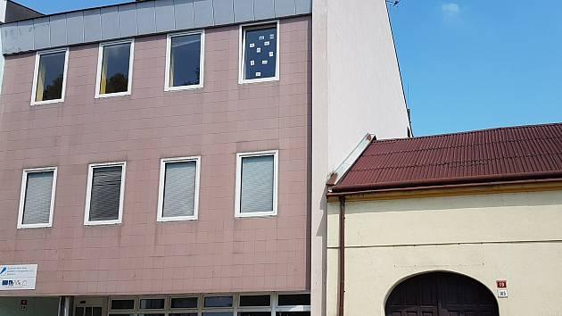 Vedení Boskovic přišlo s návrhem prodeje dvou městských budov v centru. Budovy bývalého Telekomu (na snímku vlevo) a sousedního domu, kde sídlili zahrádkáři. Návrh na zastupitelstvu neprošel.