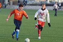 Fotbalisté FK Apos Blansko (v bílém) v přípravném utkání proti třetiligovým Rosicím.
