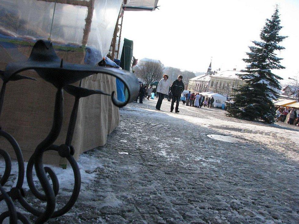 Kunštátští rozsvítili vánoční strom v sobotu večer. Na náměstí zhlédli loutkovou pohádku, krojáky či dětskou kapelu Kaštánci. Nakoupili si i na burze knížek. Prostorem zněl zpěv koled a lidé narazili také na čerty a anděla.