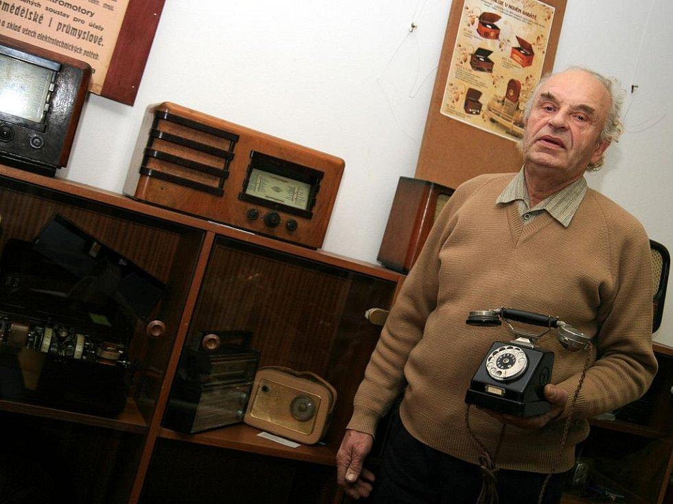 Ladislav Podsedník z Kunštátu sbírá staré telefonní přístroje.