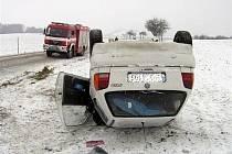 V úterý kolem deváté hodiny dopoledne došlo k havárii auta pár desítek metrů před Lysicemi.