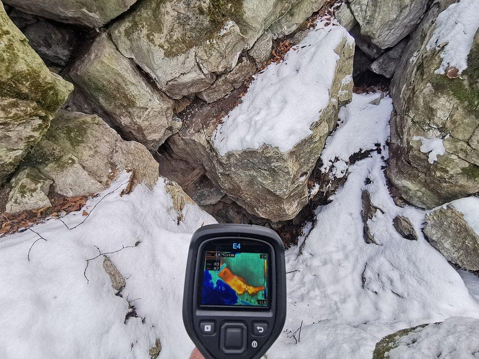 I v zimě vyráží do Moravského krasu jeskyňář Kamil Pokorný z Brna. Termokamerou sleduje teplotní anomálie.