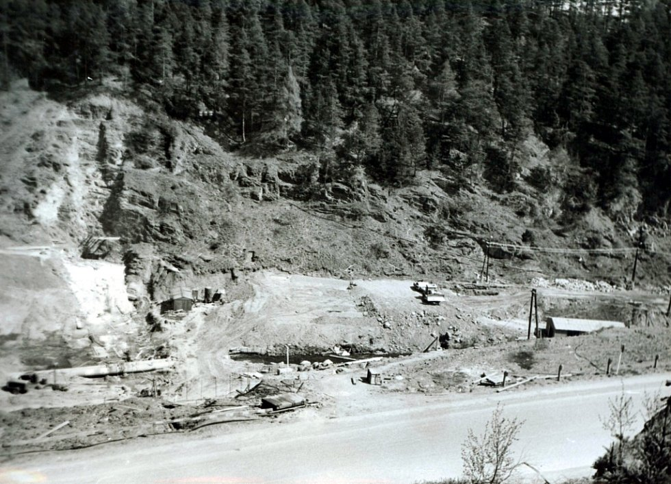 Základová spára hráze v místě návodní kamenné patky - levý břeh (jaro 1975).