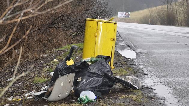 Nepořádek u silnice na Blanensku.