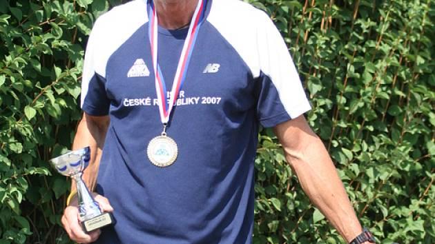 MILOŠ BAYER. Triatlonista obhájil mistovský titul na dlouhém triatlonu v kategorii veteránů.