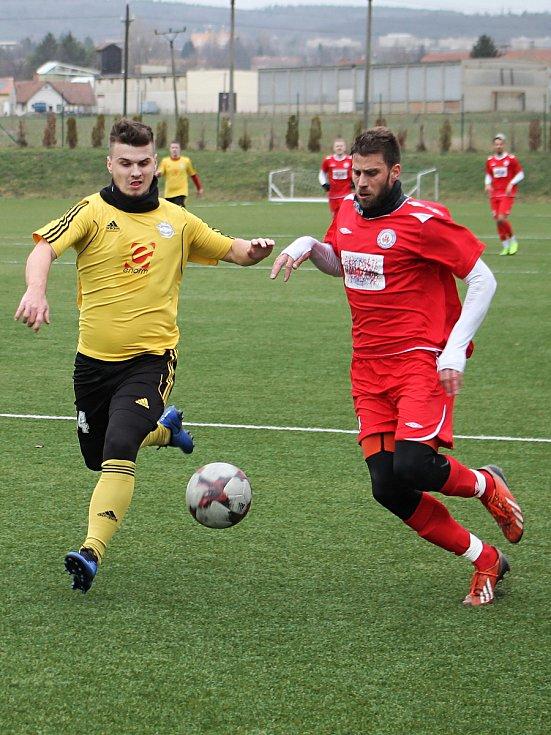 Přípravný zápas fotbalistů MFK Vyškov (červené dresy) se Slovanem Rosice byl pro oba týmy generálkou na start MSFL resp. divize. Po vítězství 2:0 byl spokojenější domácí Vyškov.
