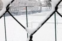 Fotbalové hřiště s umělou trávou v Boskovicích je pod sněhem. Sobotní zápasy zimního turnaje Artézia Cup museli pořadatelé přesunout na jiný termín.