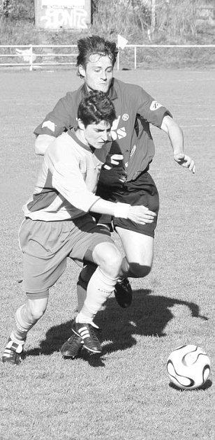 Blanenský obránce Koutný (vzadu) bojuje o míč