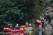 Hasiči transportovali zraněného muže po vodě k sanitce. Muž po stabilizaci stavu putoval leteckou záchranou službou do brněnské Úrazové nemocnice.