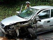 Dvě osobní auta havarovala krátce před sobotním polednem mezi Černou Horou a Žernovníkem na Blanensku. Zaklíněného řidiče přijeli vyprostit profesionální hasiči.