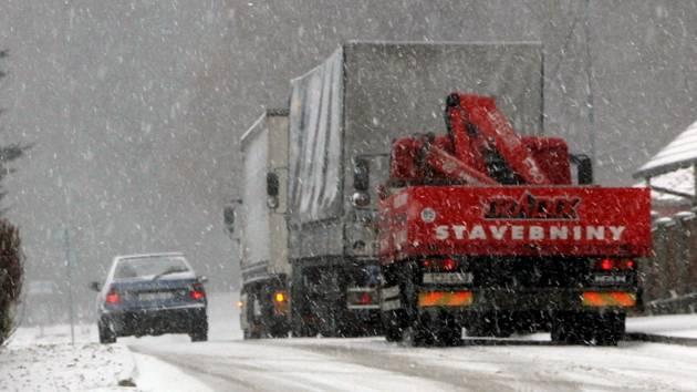 V pondělí zasáhlo Blanensko husté sněžení. Potíže měli například řidiči nákladních aut v Senetářově.