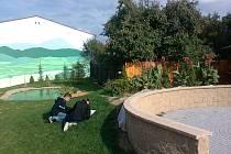 Děti z Kunštátu vylepšují školní zahradu.
