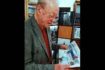 Jaroslav Řehůřek si doma v Paříži čte Blanenský deník Rovnost.
