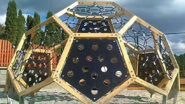 Kopačák. Obří herní prvek z modřínového a dubového dřeva doplněný kovovými částmi. Dělníci ho namontují na Sportovním Ostrově Ludvíka Daňka. Bude stát bezmála tři sta sedmdesát tisíc korun.
