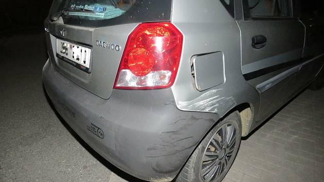 Mladá žena nabourala dvě auta a garáž. Nadýchala bezmála dvě promile.