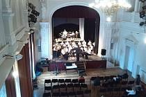 Malohanácká muzika při svém soutěžním vystoupení v Přelouči.