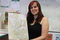 Vedoucí blanenské informační kanceláře Blanka Martina Hejčová s novou mapou pro turisty.