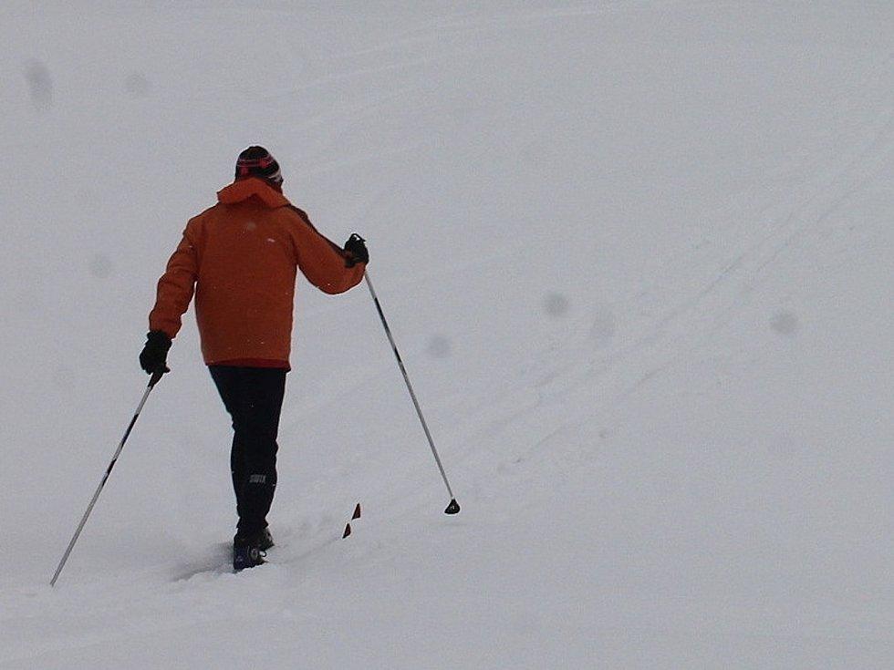 Na Blanensku připadl další sníh. Na běžkách se jezdí u Suchého, Benešova, Kořence nebo Sloupu. Skútrem upravené stopy ale chybí.