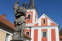 Letos Ráječtí opraví sochu archanděla Rafaela před kostelem Všech svatých.