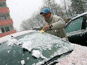 Blanensko v pondělí ráno zasypal sníh. V ulicích však dlouho nevydržel. Majitelé skiareálů zatím čekají na mráz, aby mohli začít zasněžovat.