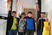 Na tradiční velikonoční mrskut vyrazily v pondělí ráno v regionu skupinky chlapců i jejich otců.