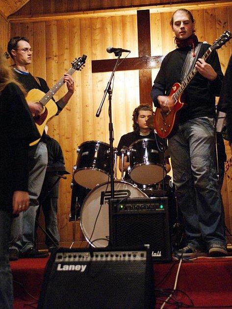 Adventní koncert v dřevěném kostelíku v Blansku.