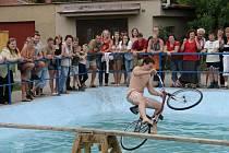 Rudická lávka - soutěž v jízdě na lávce nad vodní hladinou