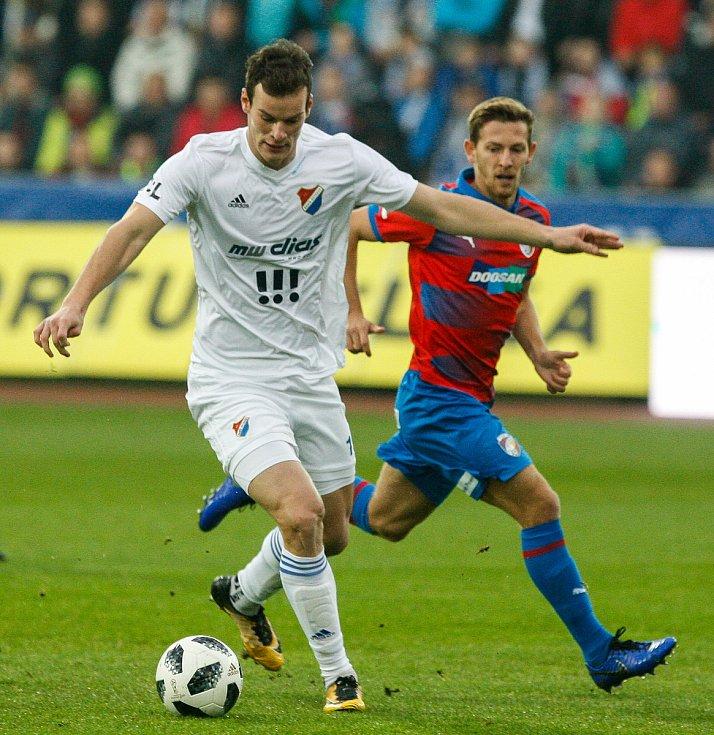 Fotbalový útočník Jakub Šašinka (v bílém) z Baníku Ostrava bude půl roku hostovat v Blansku.