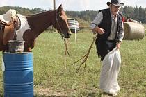 Pátého ročníku Hrušákovy míle se zúčastnilo téměř dvacítka dvojic se svými koňmi.