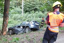 U Křtin bouralo osobní auto. Zranili se dva mladí muži. Pro jednoho z nich přiletěl vrtulník.