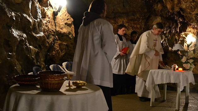 Císařská jeskyně v Moravském krasu, označovaná jako Moravské Lurdy, se v sobotu opět zaplnila věřícími. Konala se tu třináctá obnovená pouť do této části podzemí, jíž se účastnilo několik stovek věřících.