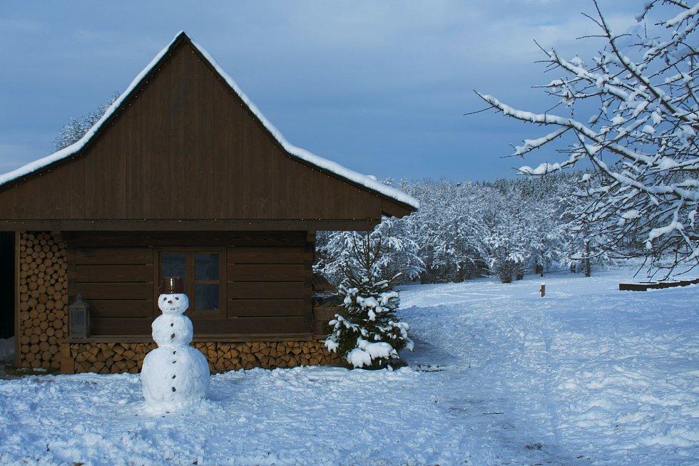 Rodina Oujeských si letos postavila betlém ve velenovské roubence. Foto: Marek Oujeský