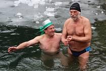 Otužilci si zaplavali v zatopeném lomu nedaleko Šošůvky v Moravském krasu.