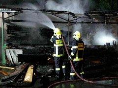 Čtyři jednotky hasičů zasahovaly v noci na středu ve Velkých Opatovicích. V Dlouhé ulici hořelo v areálu stolařské firmy.
