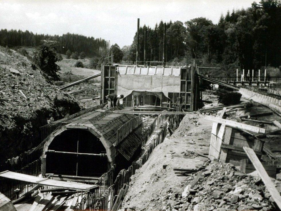 Bednění klenby štoly spodních výpustí s armaturou se základem odběrné věže (léto 1973).
