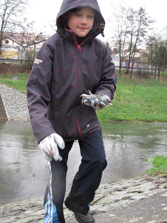 Vyčistit břehy Svitavy se v sobotu vydali také blanenští skauti.