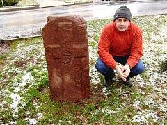 Křížový kámen v Žernovníku má reliéf latinského kříže, šípu a meče. Další tři křížové kameny jsou v obci Bukovice nedaleko Tišnova.
