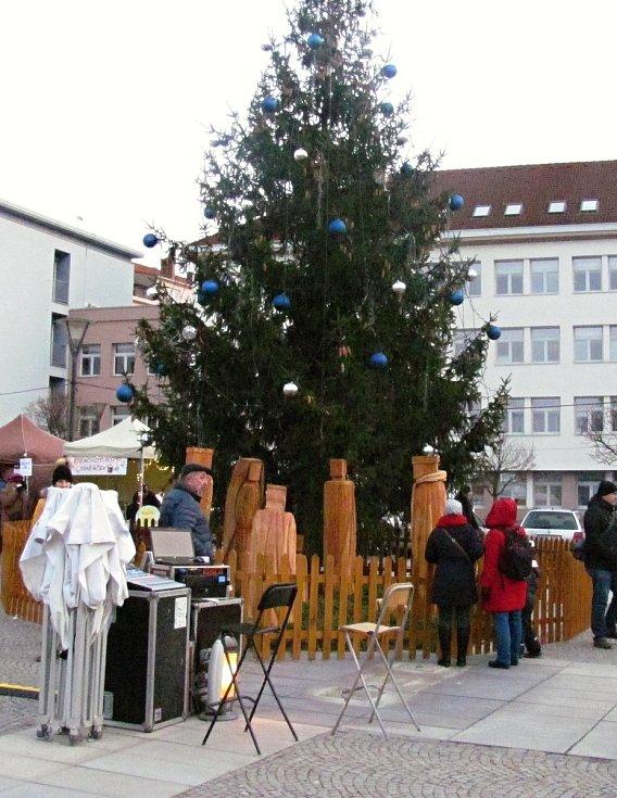 Náměstí v Blansku zdobí rozsvícený strom jako symbol Vánoc.