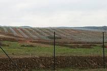 Na poli u Ráječka staví dělníci sluneční elektrárnu. Ta zabere plochu třiceti hektarů.