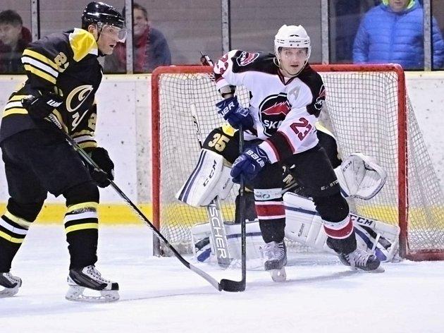 V 9. kole krajské ligy hokejisté Minervy Boskovice (v bílém) porazili HC Uničov 5:4 po prodloužení.